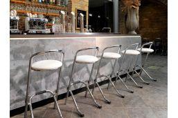 Witte leren barkukken voor aan de bar. met chromen afwerking frame